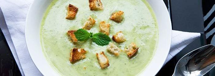 Zupa z cukinii z miętą  i jogurtem greckim